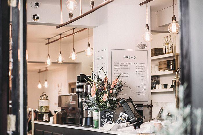 bancone di un bar dove si servono le colazioni