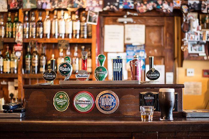 bancone di un pub con spinatore di birra internazionale