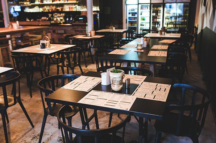 sala da pizzeria con tavoli menu e tovagliette